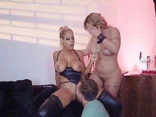 Premium milfs in extreme threesome on high cam