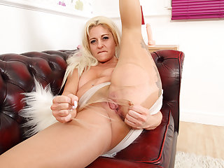 UK milf Kelly Cummins lets tights hug her bare fanny