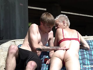 Skinny mature short haired granny pussy licked outdoors