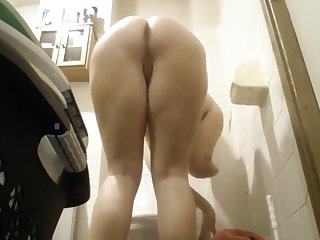 HC mature pissing with an anal plug