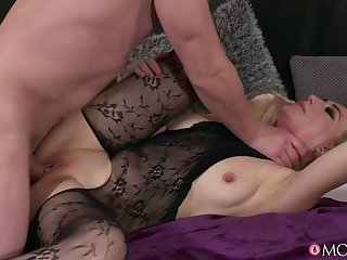 Steve Q makes Dayana Ice squirt on a leather couch