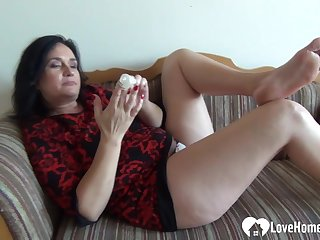 Mother I´d Like To Fuck babe pleasures herself while being recorded